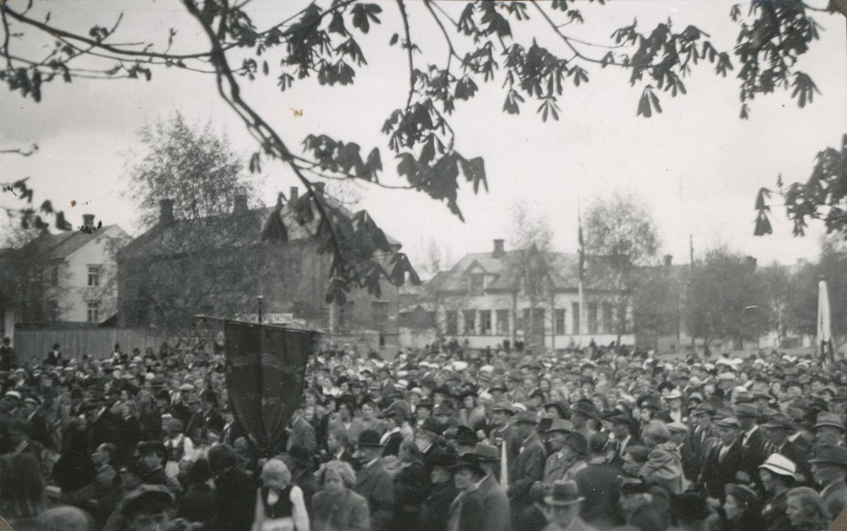 Ei stor folkemengde feirer friheten, mai 1945.