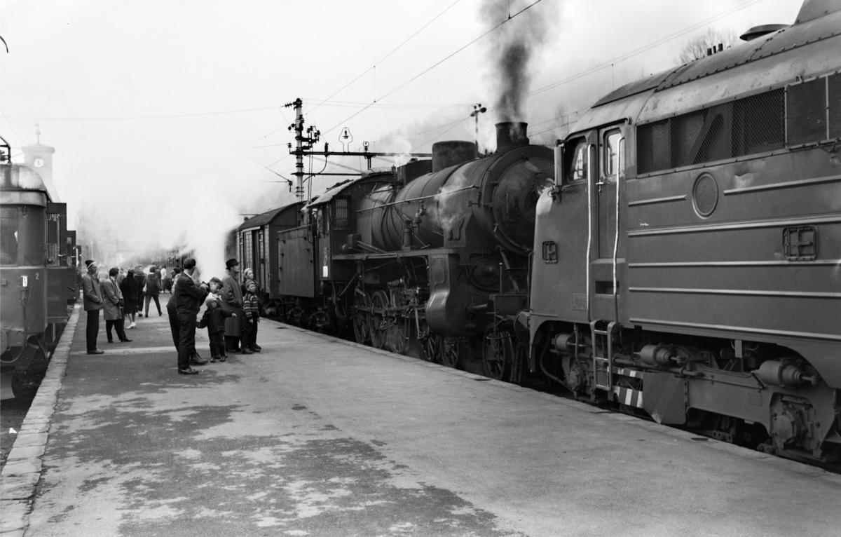 Dagtoget fra Bergen til Oslo Ø, tog 602, på Voss stasjon. Toget trekkes av diesellokomomotiv type Di 3 og damplokomotiv type 31b nr. 428. Til venstre Hardangerbanas motorvogn type Bmeo 64.