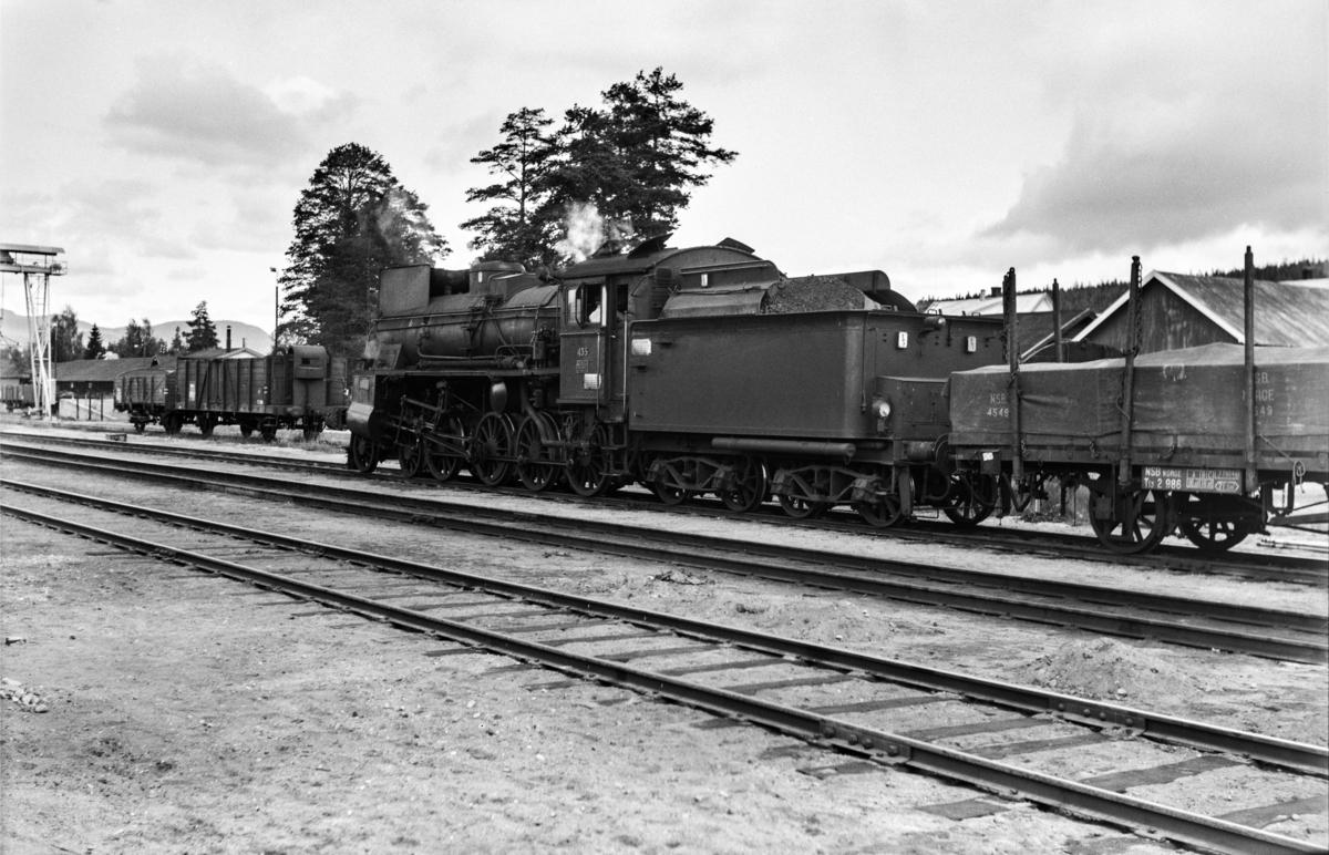 Godstog fra Hamar til Tynset, tog 5291, på Koppang stasjon. Toget trekkes av damplokomotiv type 26c nr. 435.