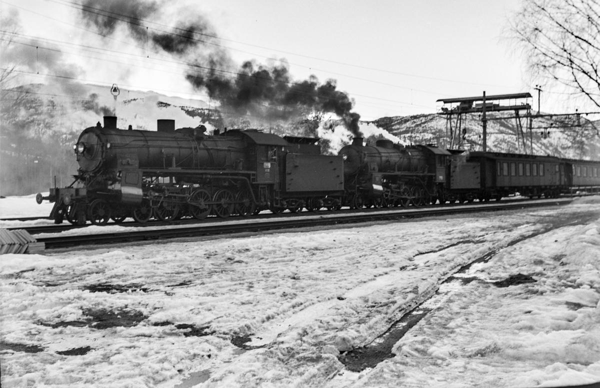 Ekstratog i forbindelse med påskeutfarten, tog 7608, avventer kryssing på Gulsvik stasjon. Toget trekkes av damplokomotiv type 31b nr. 426 og 449 (bakerst).