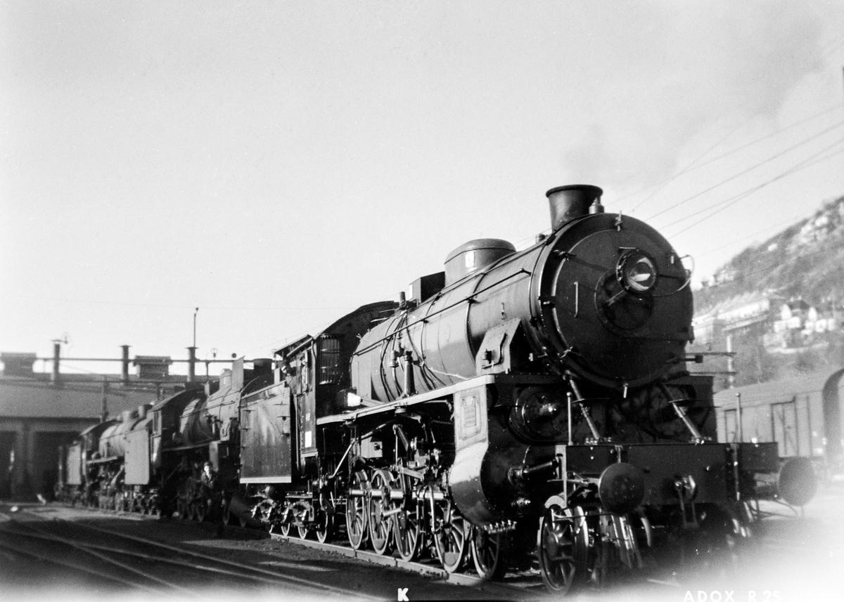 Damplokomotiv type 31b nr. 449 på svingskiven på Bergen stasjon. Bak et damplokomotiv av hhv. type 31b og 31a.