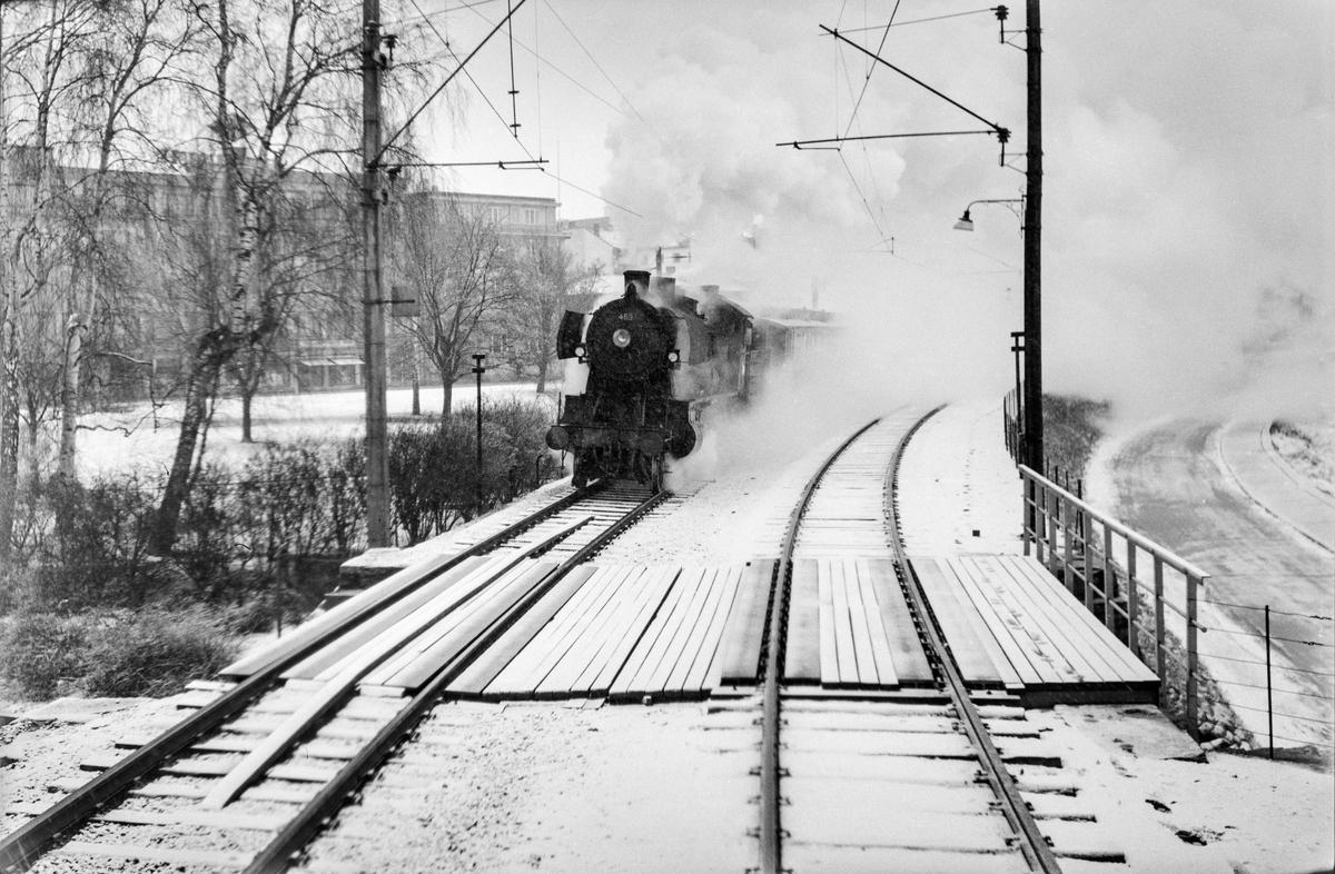 Ekstratog 7311 i forbindelse med hjemreisen fra påskeferie 2. påskedag, kjører ut fra Hamar restning Dovrebanen. Toget trekkes av damplokomotiv type 26c nr. 469.