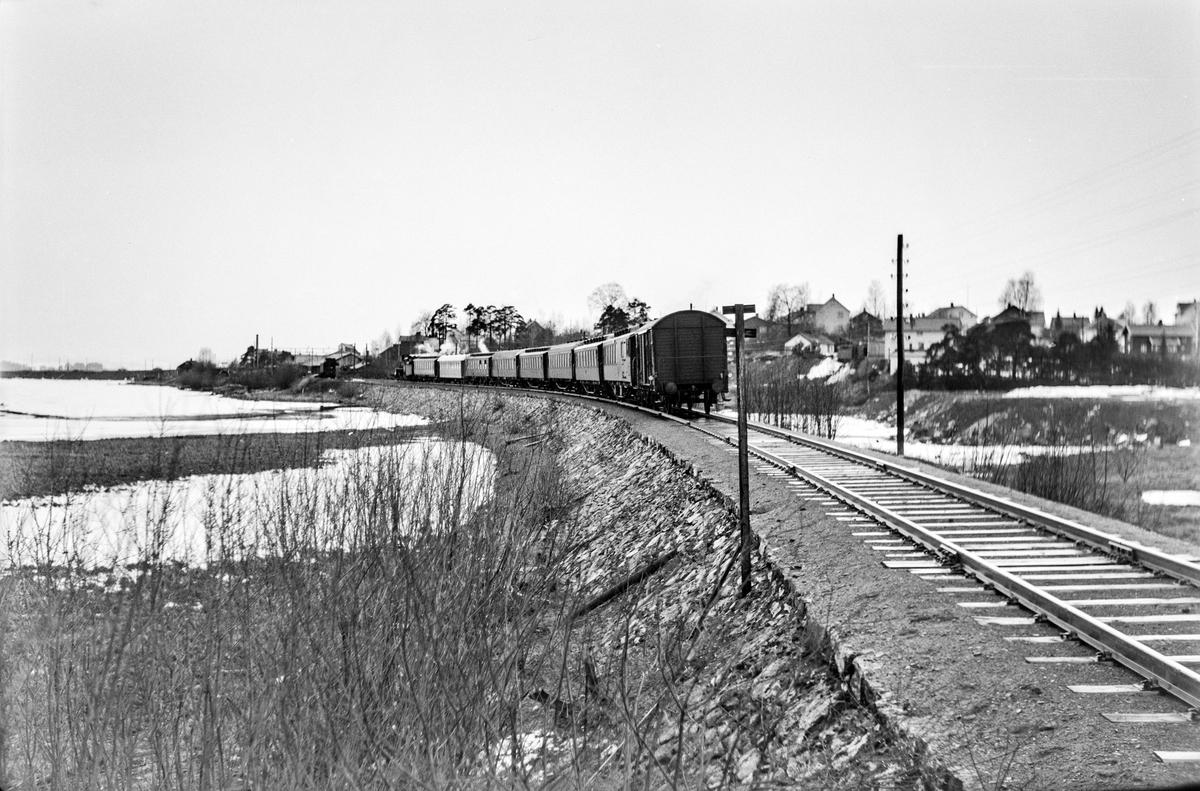 Ekstratog 7318 i forbindelse med hjemreisen fra påskeferie 2. påskedag, ved Åkersvika mellom Hjellum og Hamar. Toget trekkes av damplokomotiv type 26c nr. 397.