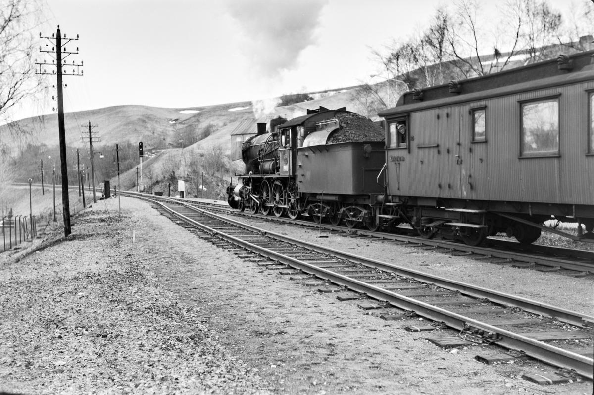Forstadstog nr. 1726 fra Trondheim til Støren på Selsbakk stasjon. Toget stoppet på alle stasjoner og holdeplasser og brukte 1 1/2 time til Støren. Toget trekkes av damplokomotiv type 30a nr. 272.