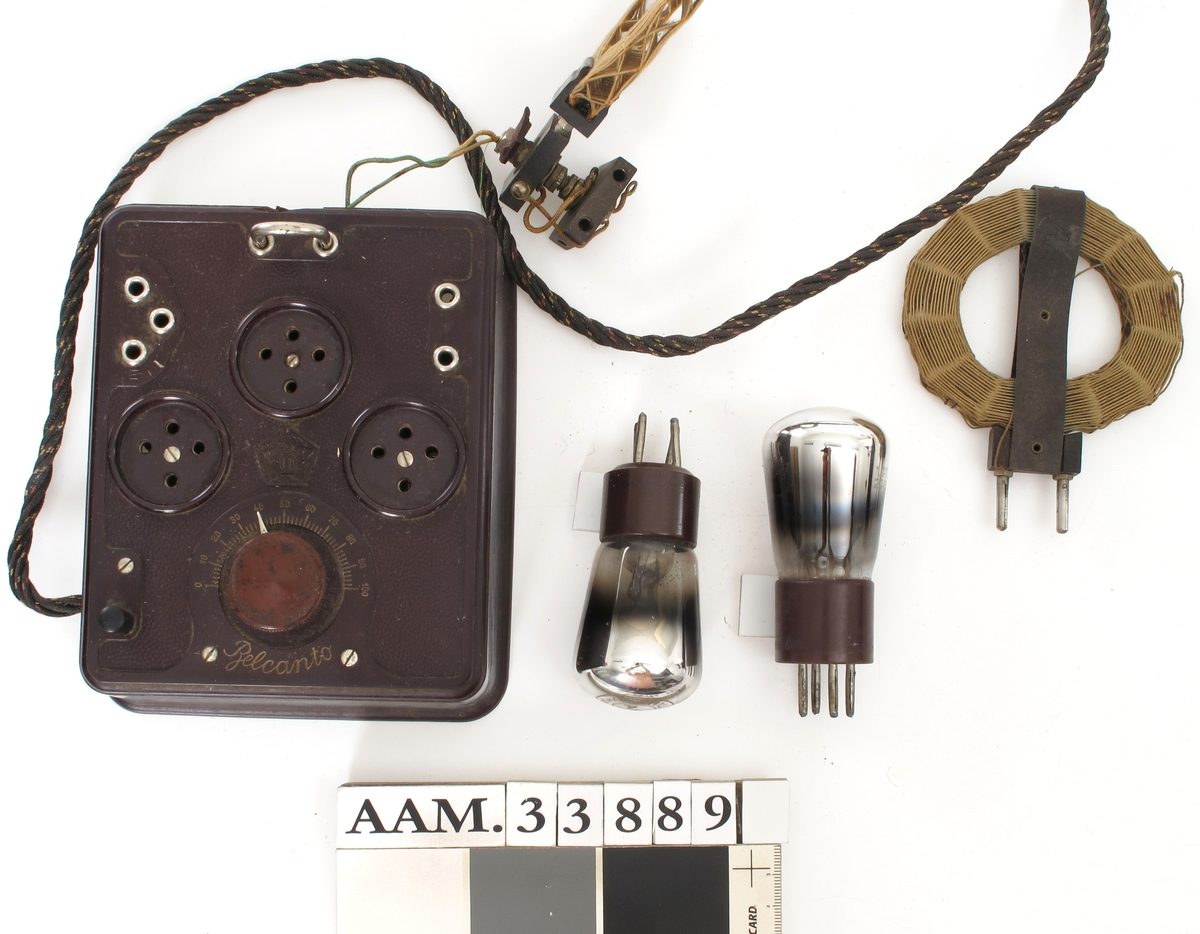 Boks av plast med elektroniske komponenter og kontakt for radiorør. Leding.