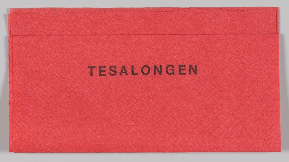 En reklametekst for Tesalongen i stormagasinet Steen & Strøm.  Reklame for samme firma på MIA.00007-004-0174; MIA.00007-004-0175; MIA.00007-004-0176.  Steen & Strøm as er et skandinavisk kjøpesenterselskap med 18 kjøpesentre i Norge, Danmark og Sverige. Det opprinnelige Steen & Strøm-selskapet ble dannet da Emil Steen og Samuel Strøm slo sammen sine butikker i 1856. Selskapet åpnet i 1874 Kristianias første stormagasin i et stort nybygg i fire etasjer på Kongens gate 23, tegnet av arkitekt Paul Due, men dette brant ned i 1929.[1] Etter brannen ble dagens stormagasin i fem etasjer og tre tilbaketrukne etasjer oppført på samme tomt etter tegninger av arkitekt Ole Sverre. Det sto ferdig i 1930.