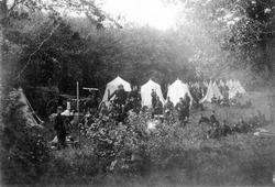 Gruppbild med ett 40-tal män i uniform, tillhörande Skarpsky