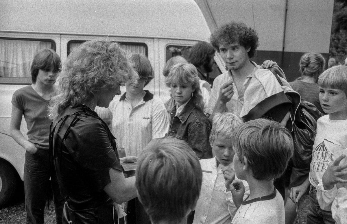 Drøbak-dagene 1982. NRKs hete sirkutelt på Parrstranda i Drøbak. Mann med paraplydrink. Lill Hansen fra Ski skjenker drinker i baren.