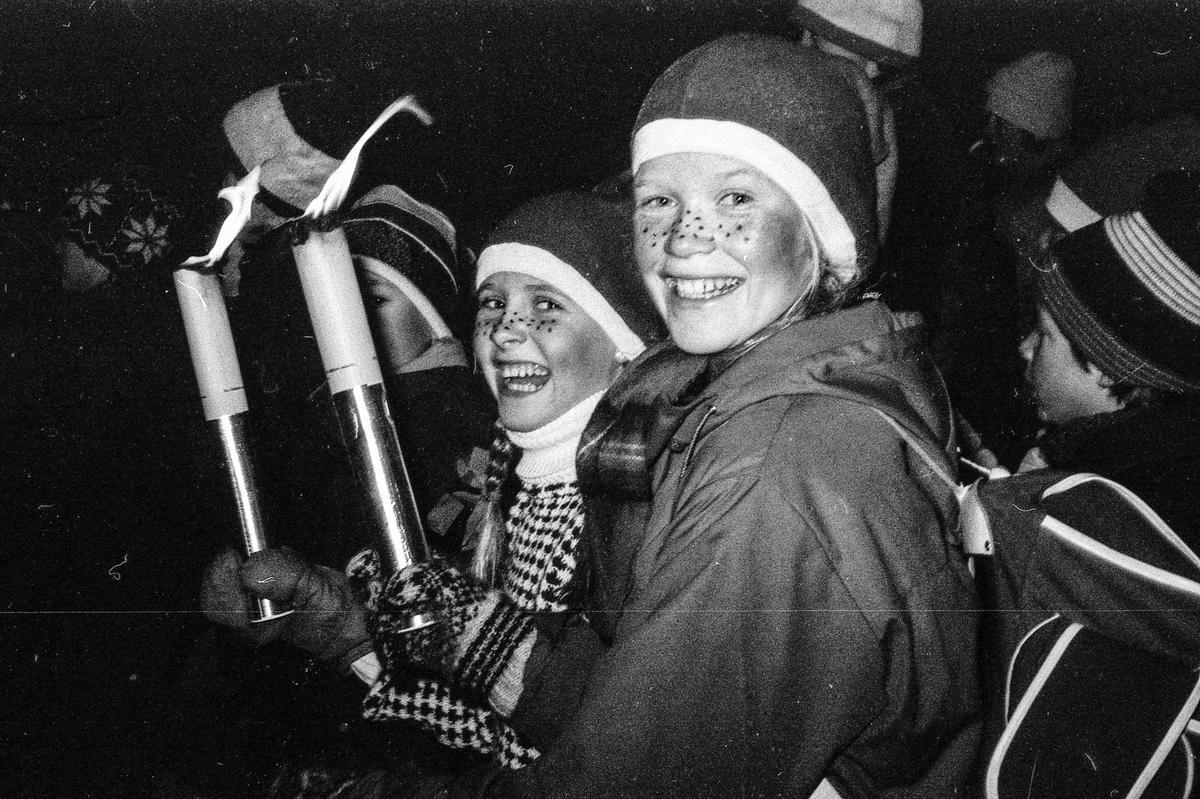 Julenissen med hest og slede i gågaten i Ski, Idretetsveien. Mange barn med fakler.