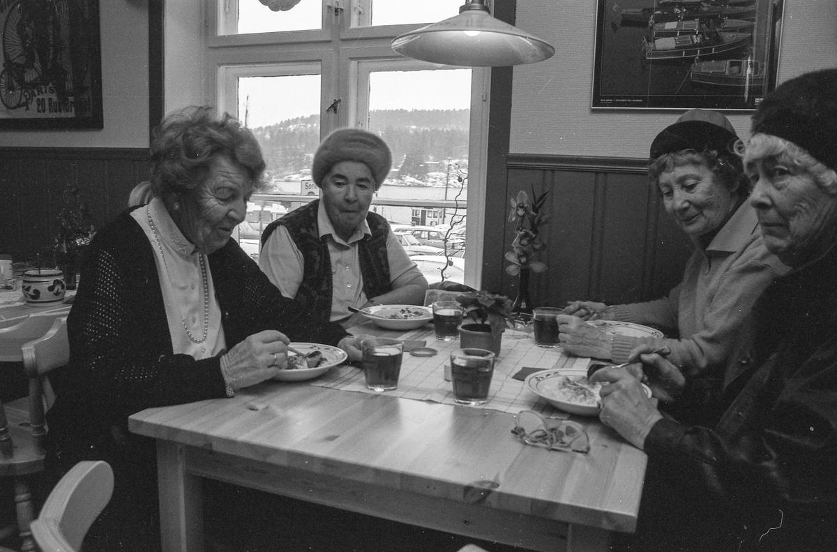 Ny cafe i Son. Fire voksne damer rundt cafebord, spiser grøt og blir skjenket saft eller kaffe.