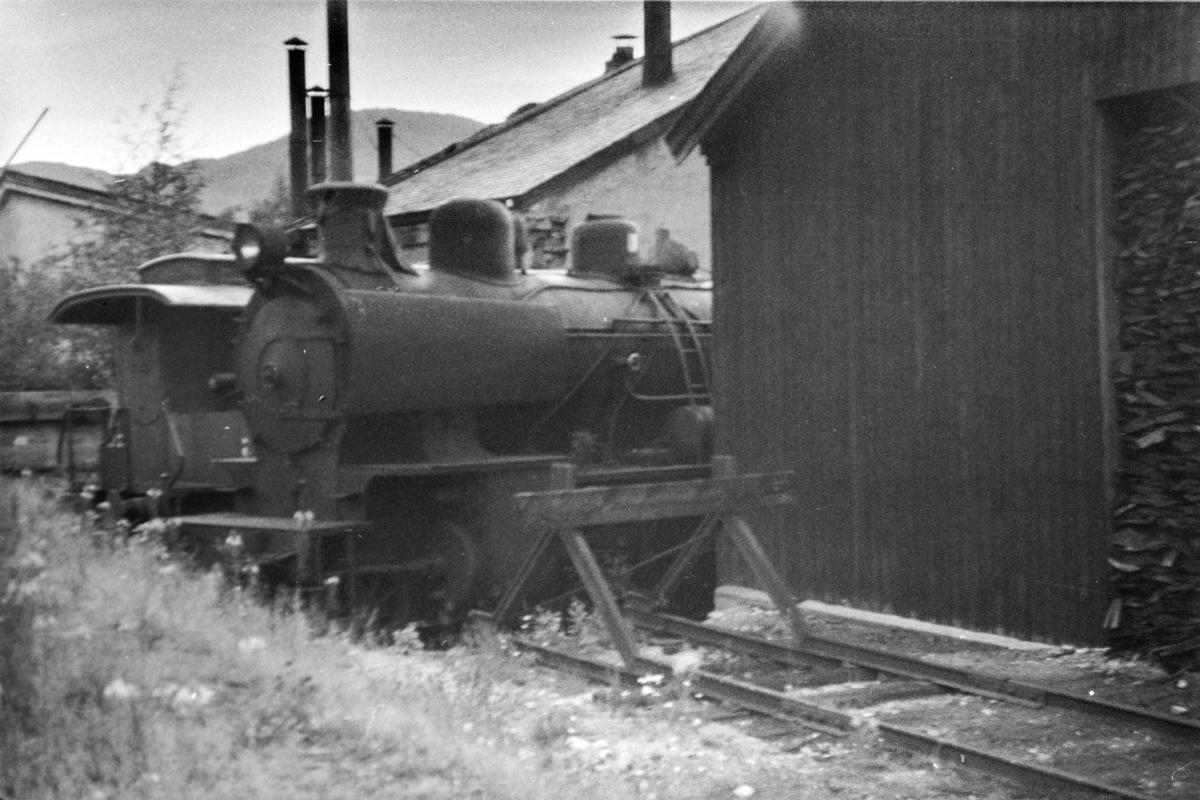 Utrangert damplokomotiv type 28b nr. 151 på Ål stasjon.