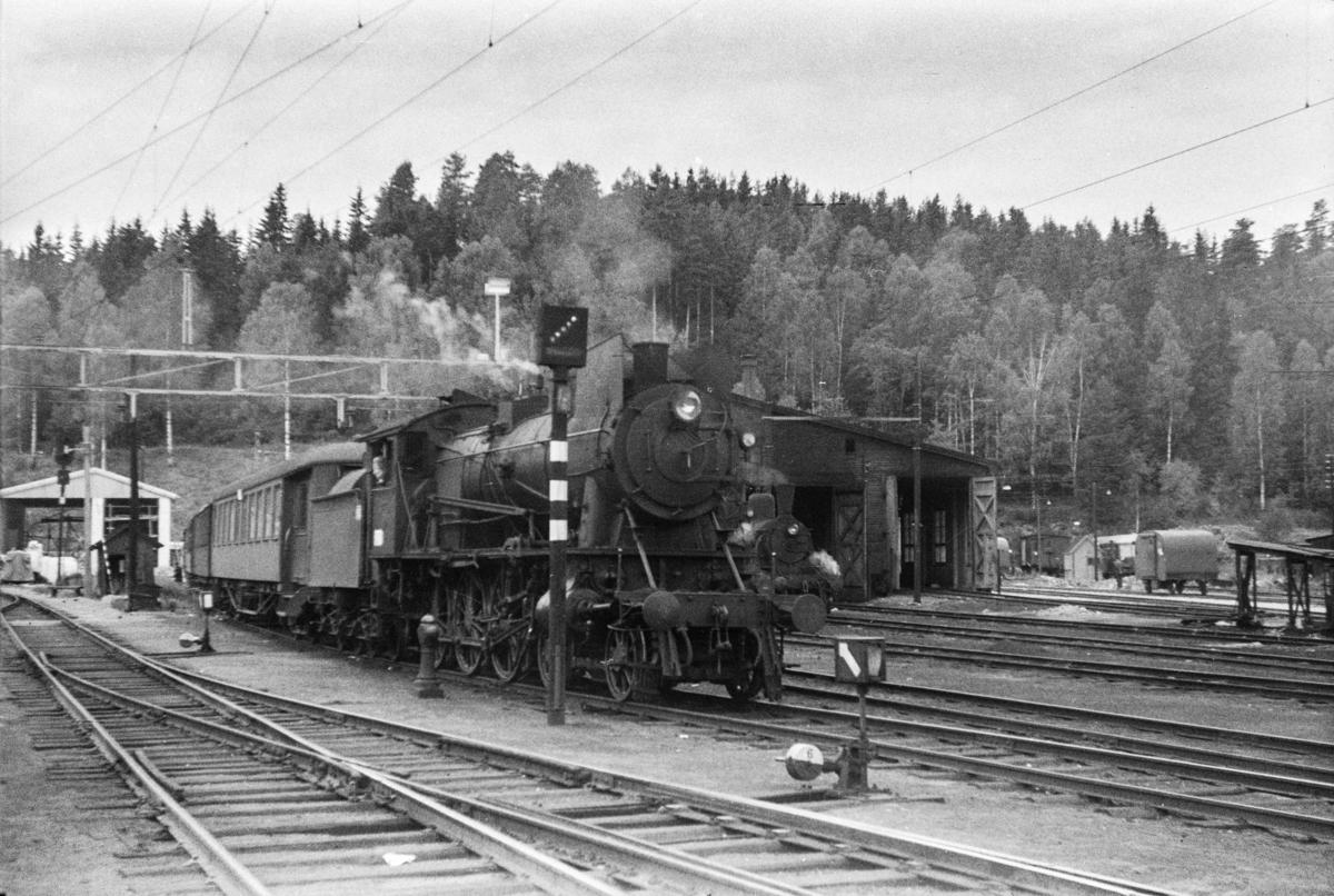 Damplokomotiv type 30a nr. 277 skifter sammen persontog til Drammen på Hønefoss stasjon.