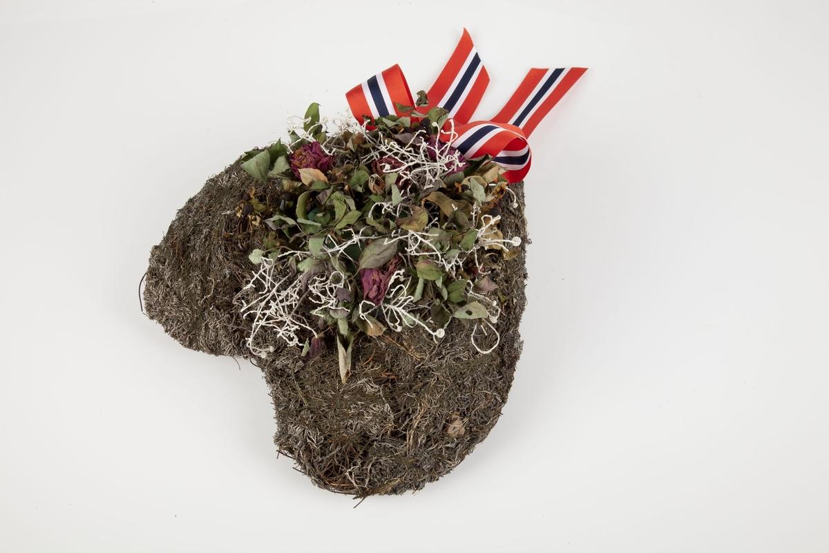 Krans innsamlet etter terrorhandlingen 22. juli 2011 fra minnesmarkeringene i Lillestrøm.   Hjertet er laget av oasis kledd med mose og lav. Kransen er pyntet med røde roser, mer hvitt lav og en sløyfe med de norske flaggfargene. For å holde mosen på plass er den surret med tynn grønn tråd. Sløyfen, pent knyttet, som representerer det norske flagget, er festet på hjertets spiss. Ved siden av mose, lav og sløyfe er hjertekransen pyntet med fire store samt fire små røde roser. I tillegg kommer noen bær som nok var røde, men nå er nesten sorte.