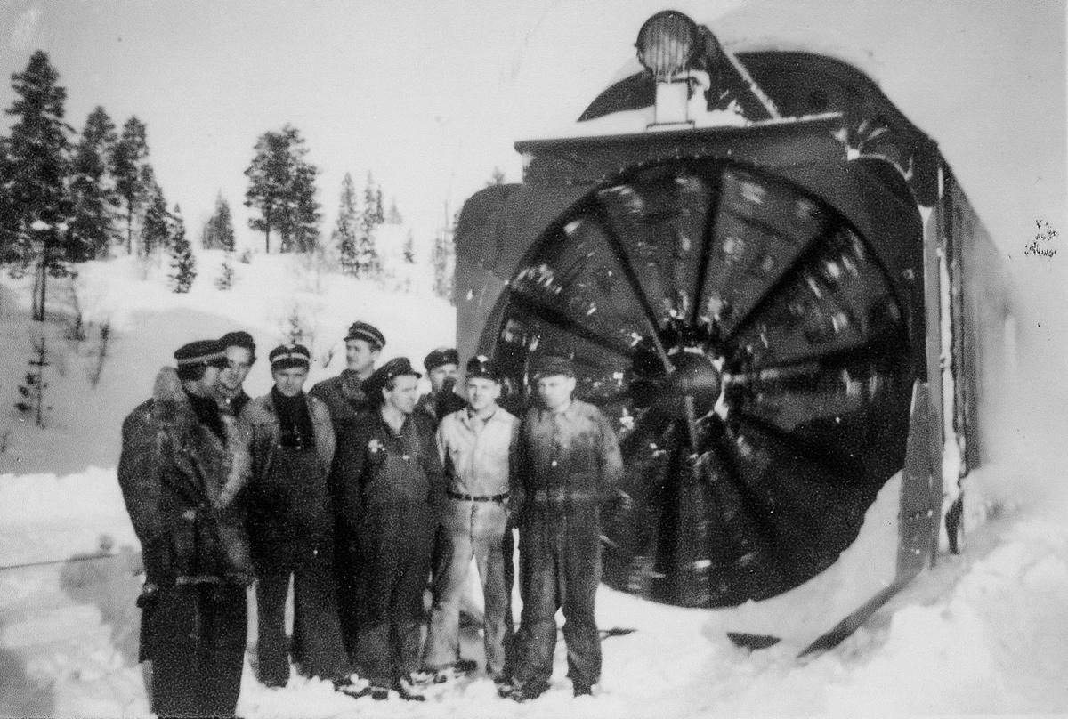 Lokomotivpersonale foran roterende snøplog type III et sted på Nordlandsbanen.