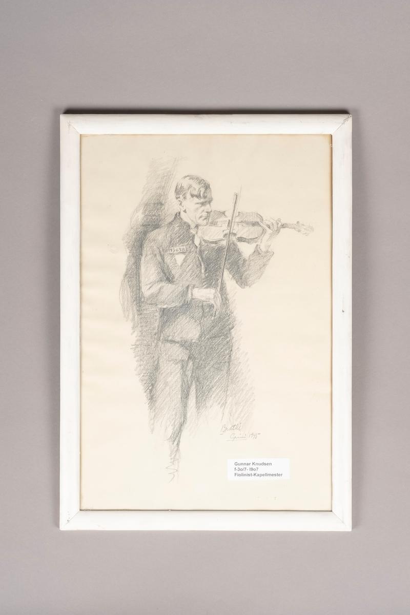 Portrett av en mannsfigur. Mannen står og spiller fiolin. Han har på fangedrakt med fangenummer på brystet. Under fangenummer er en trekant.