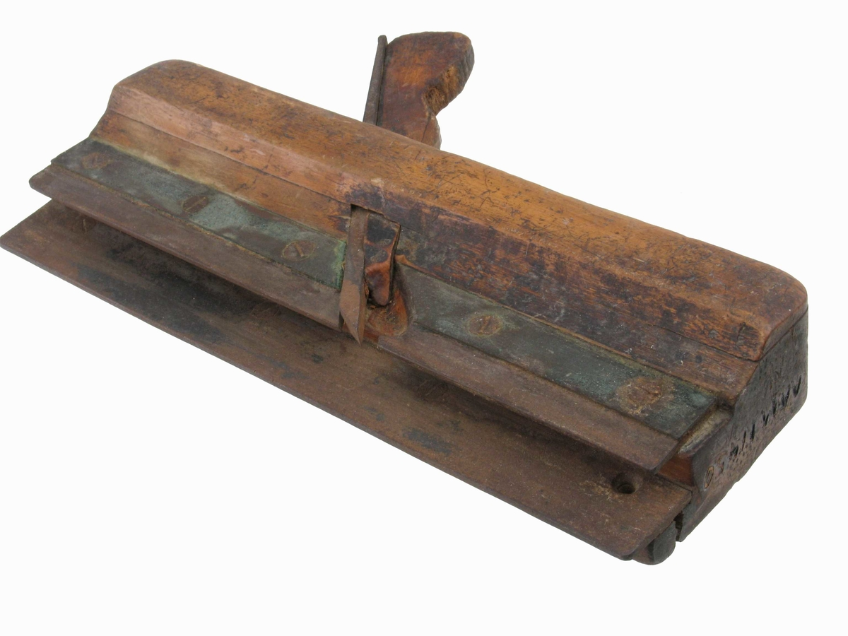 Høvel med to jernbeslag, det øvre med 5 skruer.