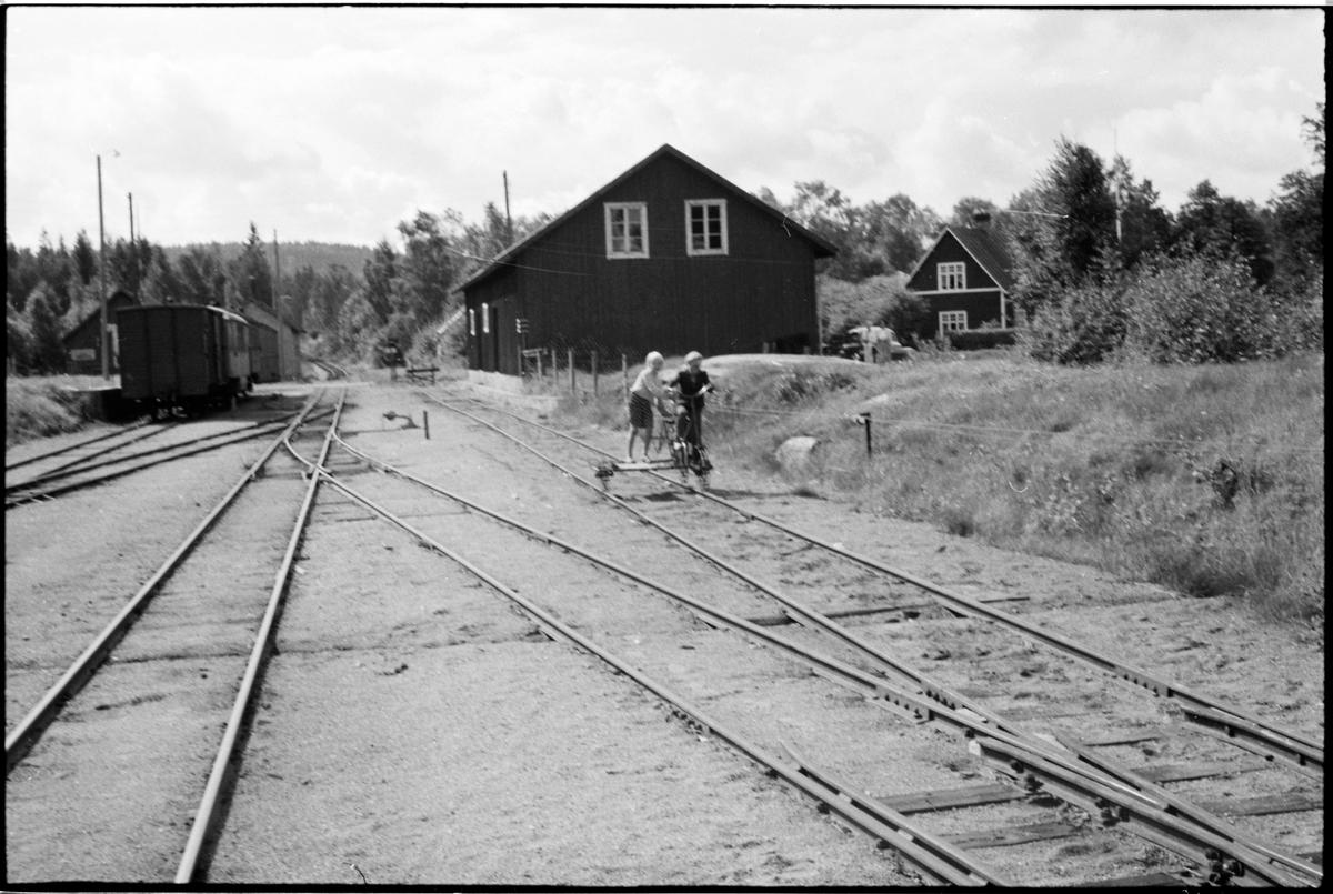 Barn med cykeldressin på Kvillsfors stations bangård.