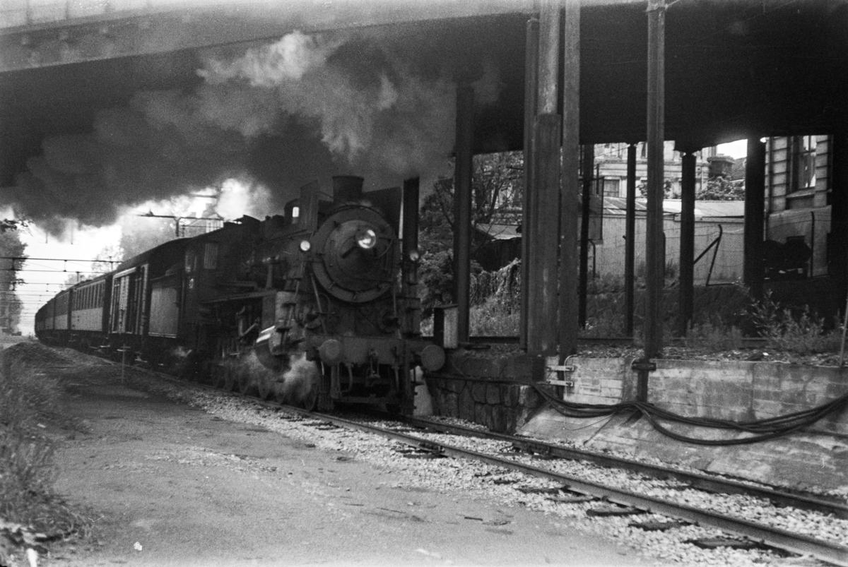 Damplokomotiv type 26c nr. 433 med tog til Gjøvik, tog 203, i Brynsbakken.