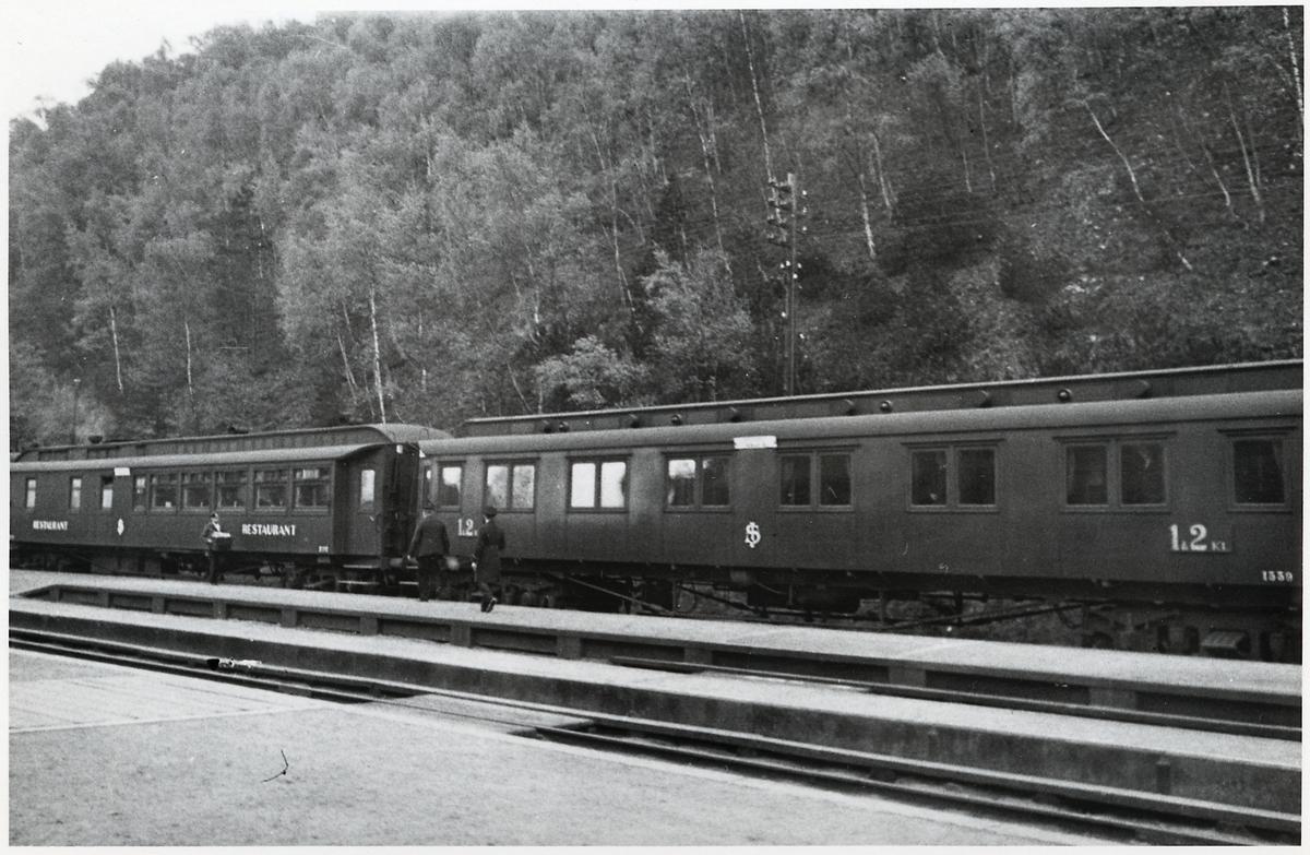 Statens järnvägar, SJ A01b 1339 och Restaurangvagn SJ ABo3a 2702. Här vid Båstad Södra järnvägsstation.