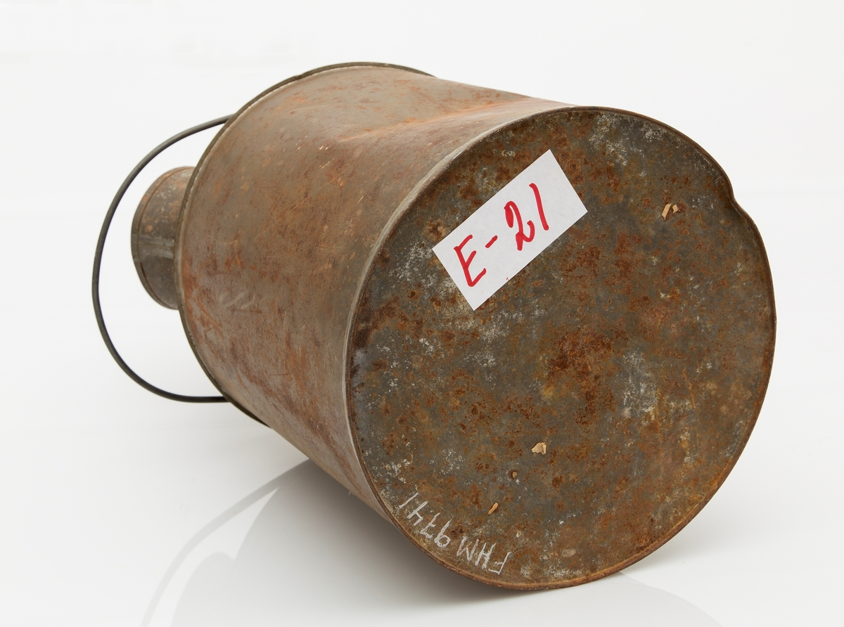 Parafinkanne, 10 l. Sylindrisk, skråtopp med hull for fylling. Tut med bøy for påfylling. Bulket, noe rust.