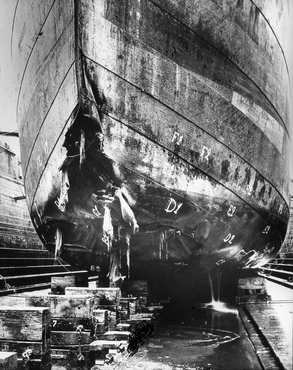 Skipsskrog i tørrdok med åpen flerre i baugen.