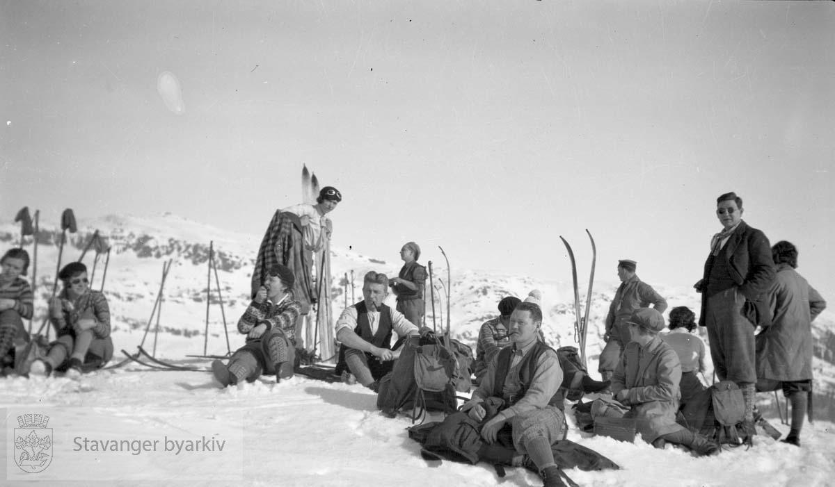 Gruppe på skitur i fjellet