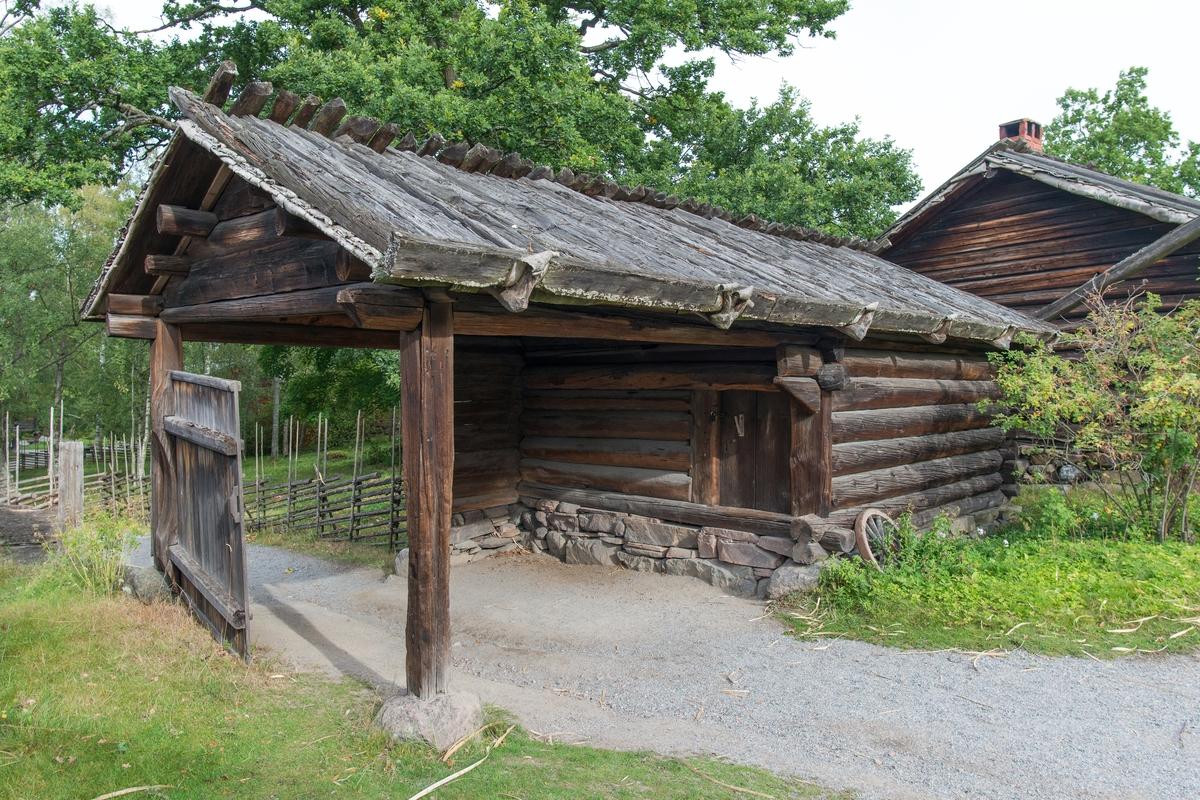 Källarboden på Moragården är timrad i en våning och består av portlider samt ett timrat rum, och en källare med nedgång genom golvet i det timrade rummet. Byggnaden har sadeltak som täckts med näver och takved som knäppts över nock.   Källarboden flyttades till Skansen 1930 från Norets by, Mora socken i Dalarna.