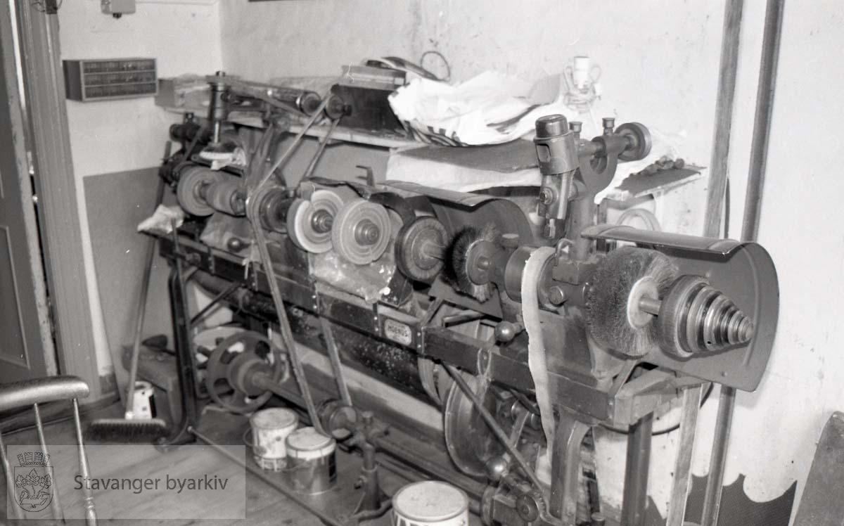 Skomakerverksted .Familien Wasbø sitt skomakerverksted og butikk. Drevet av O.T. Wasbø fra 1912-43, deretter Brødrene Wasbø (1943-1961) og til slutt Haakon Wasbø fram til 1983.