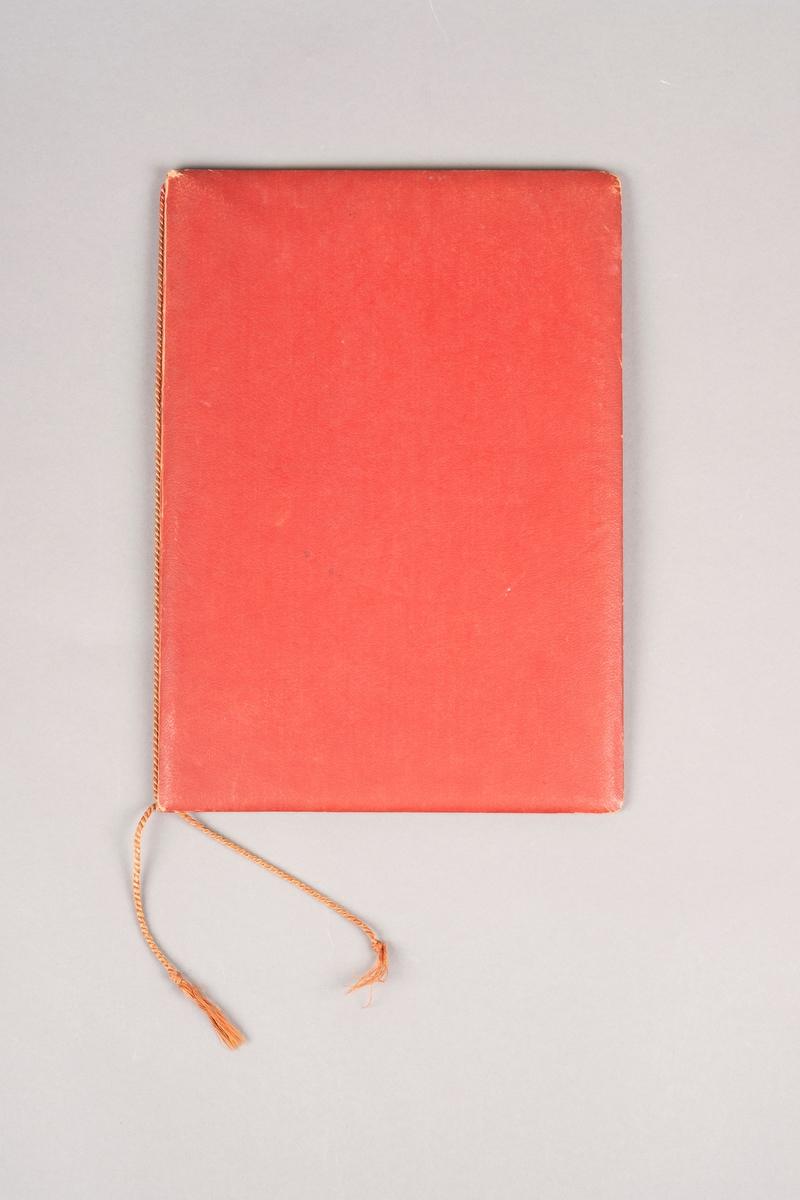 En rød perm for oppbevaring av dokumenter. En snor i midten for å holde fast dokumentene.