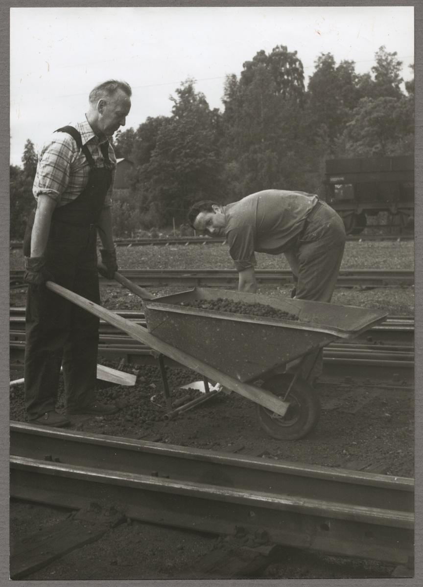 Bortforsling av lekakulor från järnvägsspåret i Grängesberg av Gösta Andersson med arbetskamrat.