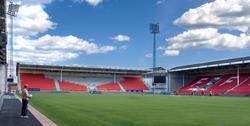Fredrikstad stadion. Kai Nilsen med ballen i hånden