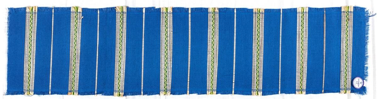 Halmlöpare i bomull och halm. Tuskaft och rosengång.  Varp: 2 tr. bomullsgarn i blått. Inslag: samma som varp, dubbelt spolat. Till mönster halm i tuskaft och 2 tr. bomullsgarn i ljusgul och ljusgrön, dubbelspolat, i rosengång.