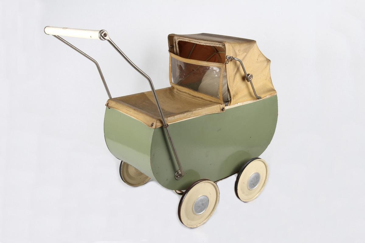 Grønn dukkevogn med detaljer i beige farge som hjul, håndtak og kalesje.