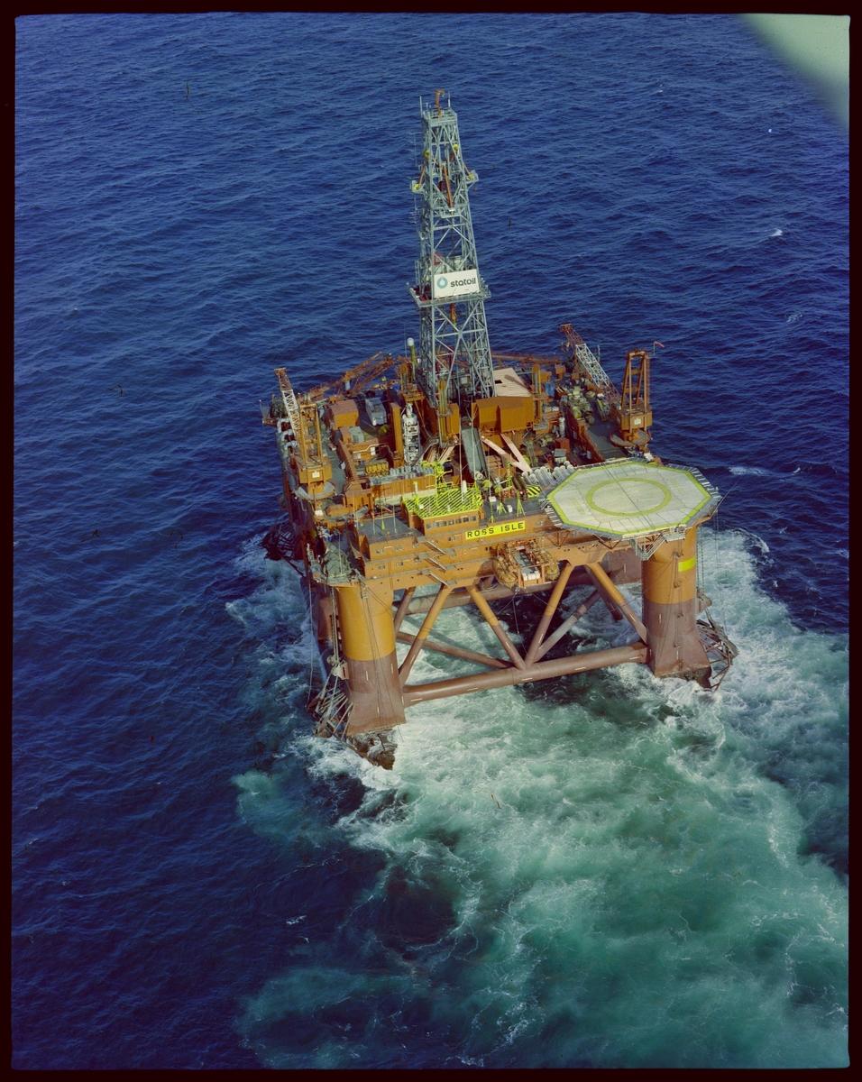 """Plattformen """"Ross Isle"""" blir fraktet på lektere på havet."""