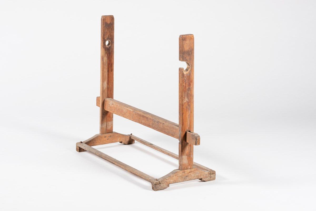 Kabbestolen består av en ramme, som to vertikale stokker er festet i. Den ene stokken har et spor i ene siden, mens den andre har et hull i seg. Hullet og sporet er for å feste tverrstykket. Under hullet og sporet er det et annet tverrstykke som festes med flate tapper på hver side.
