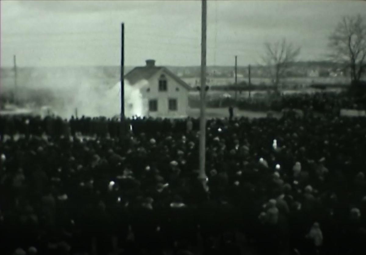Luftskyddsövning november 1938 Ett hus som låg i korsningen Ekersgatan - Hertig Karls Allé skulle rivas. Lämpligt objekt för brandövning och evenemang i tidens anda.