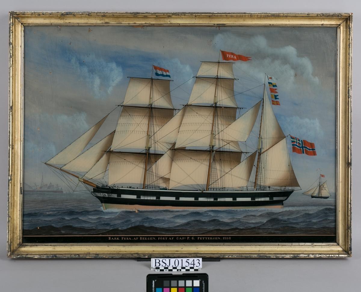 Underglassmaleri av brigg PERA. Til venstra i motivet sees vindmøllene ved den nederlandske byen Vlissingen. Skipet fører nederlandsk flagg på fortoppen, og kjenningssignalet med flagg på mesanmasten. Til høyre i motivet sees en liten kosbåt. 11 mann på dekk og malte kanonluker