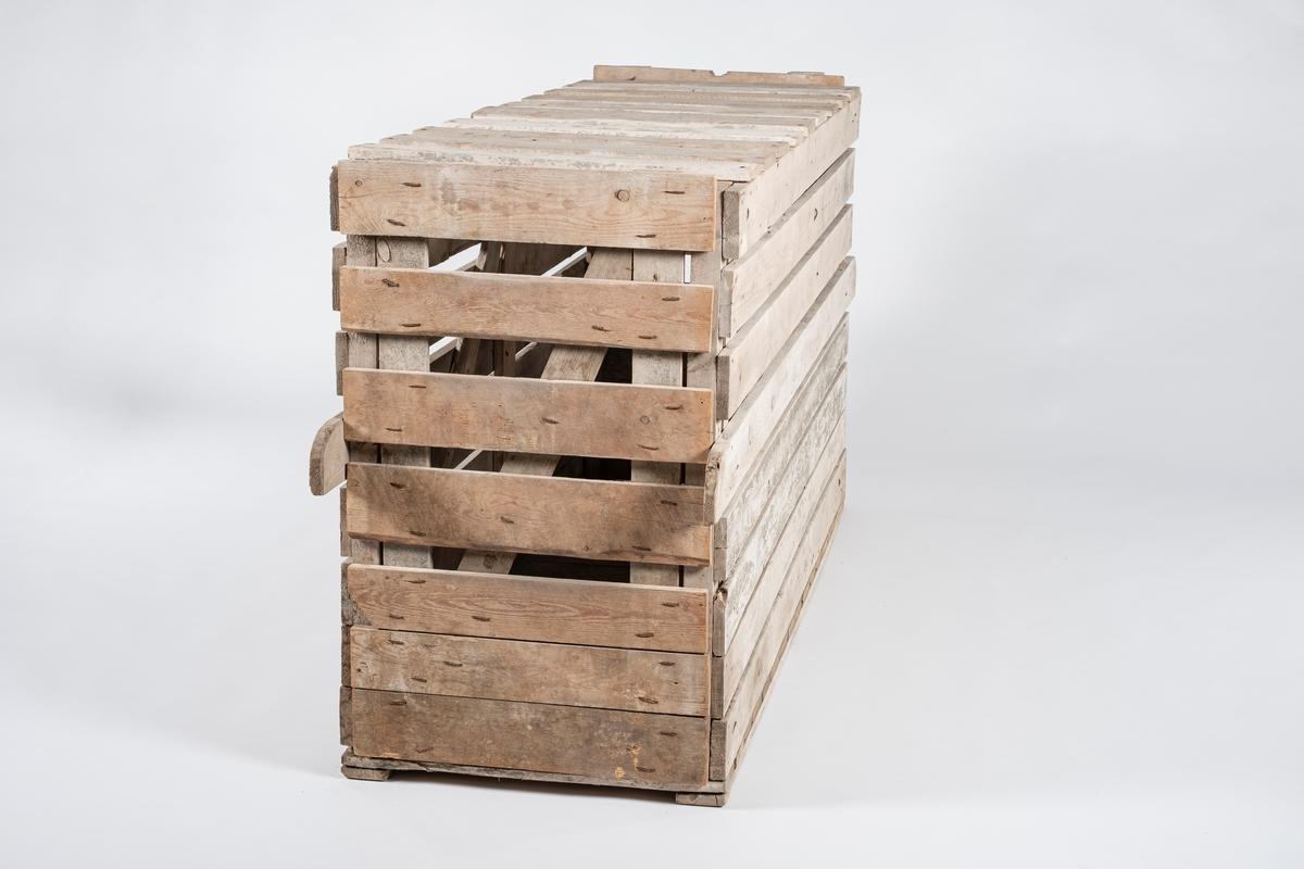 Rektangulær transportkasse i tre. Det er tett gulv i kassen, og tett vegg i nedre halvdel av langsider og kortsider. Resten av plankene som utgjør kassen har mellomrom. De to midterste plankene i hver langside er forlenget og fungerer som bærehåndtak. Veggen på den ene kortsiden kan fjernes for å flytte purka inn og ut. I den ene kortsiden har det vært spikret på en papplapp, men det er kun rester igjen av pappen.