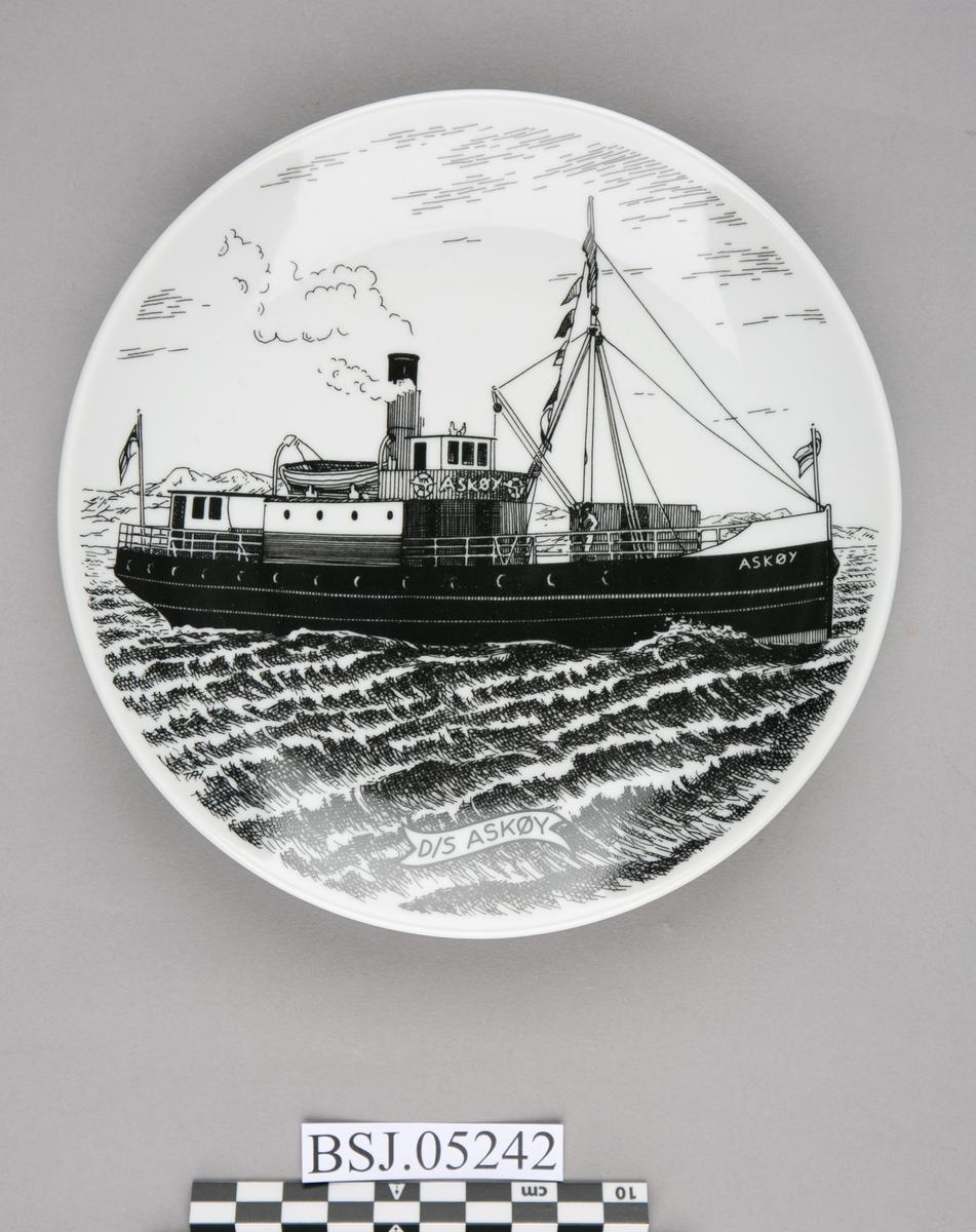 Platte med motiv av DS ASKØY under fart i åpen sjø.