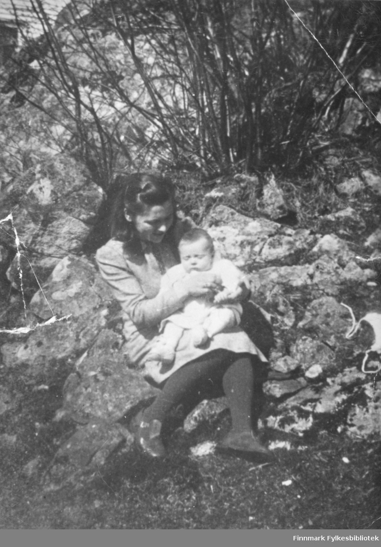 Aina Iversen Haukanes med datteren Aud på fanget. Stedet er ukjent.