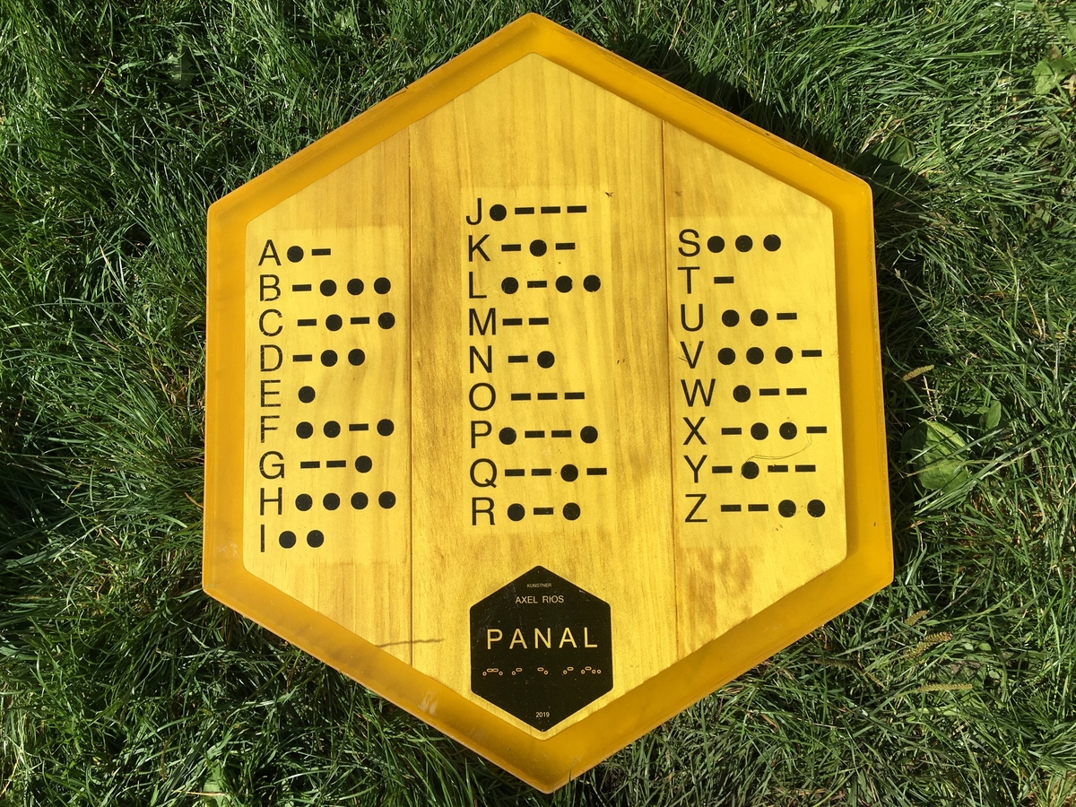 """""""PANAL"""" (spansk-latin) er navnet på strukutren biene produserer hvor de lagrer honning og egg. Kunstneren har valgt å bruke navnet """"PANAL"""" på kunsterverket som et symbol på et system hvor et utvalg av gode minner skapes og vil bli lagret."""