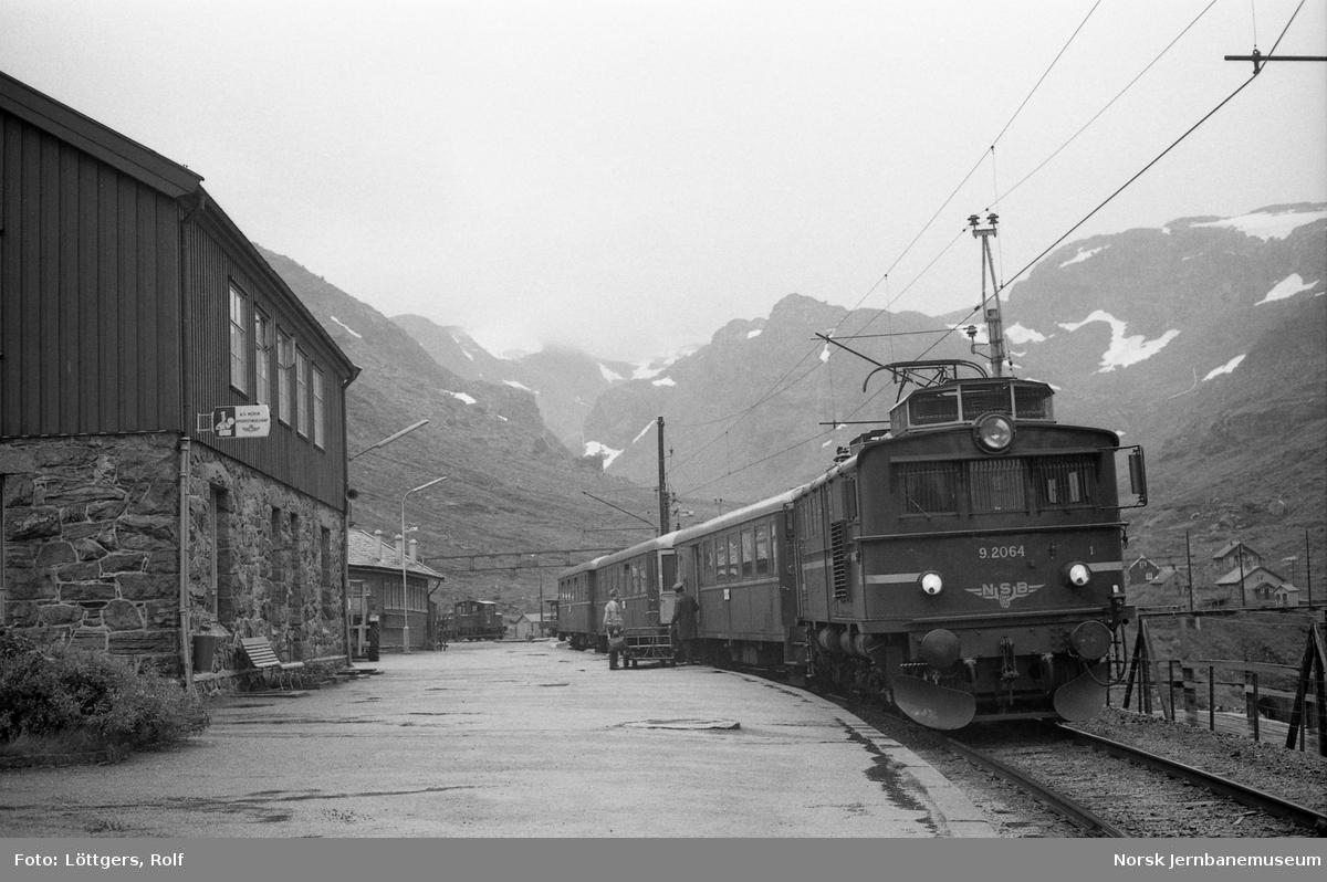 Elektrisk lokomotiv El 9 2064 med persontog til Flåm på Myrdal stasjon.