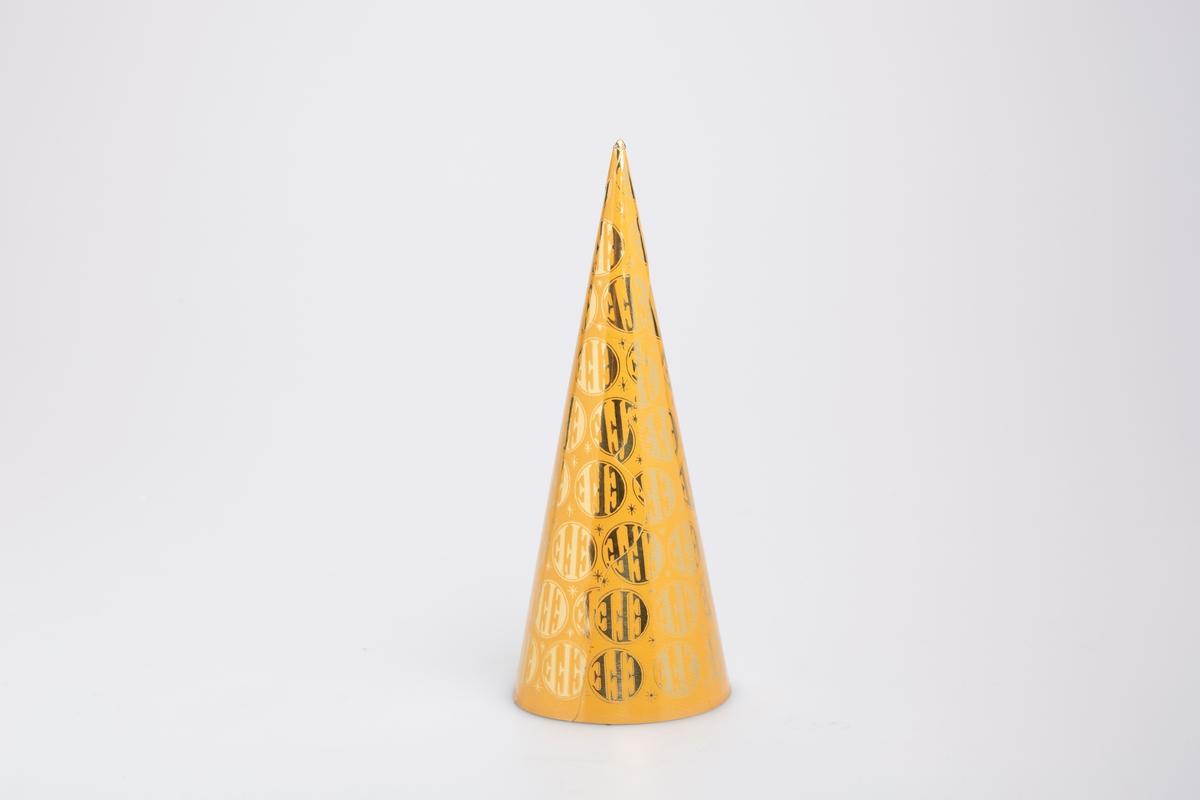 """Kjegleformet iskrempapir (kremmerhus). Kremmerhuset er med farger på utsiden, og uten farge (hvit) på innsiden. Kremmerhuset har dus oransje bakgrunnsfarge med logoen """"EFE"""" i gull spredt rundt på hele papiret."""