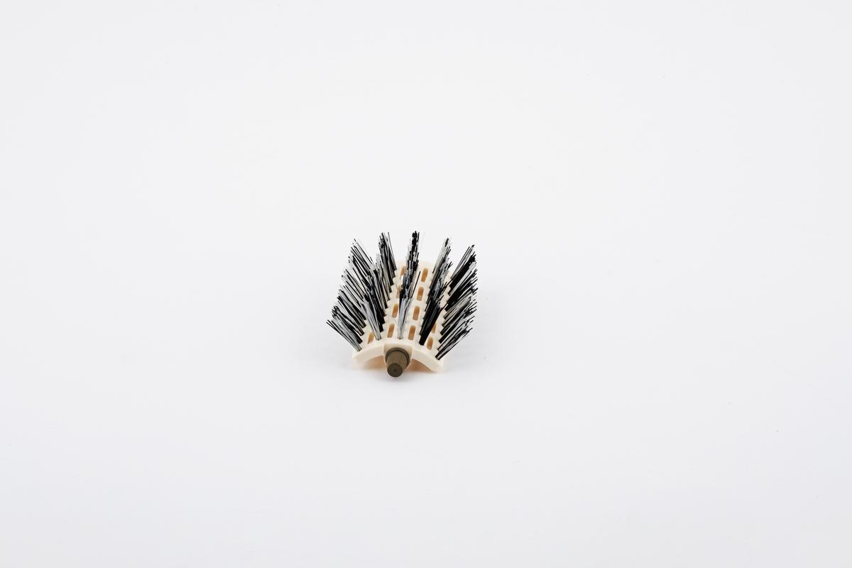 Hårbørste til hårføner med bust i klar og svart plast.
