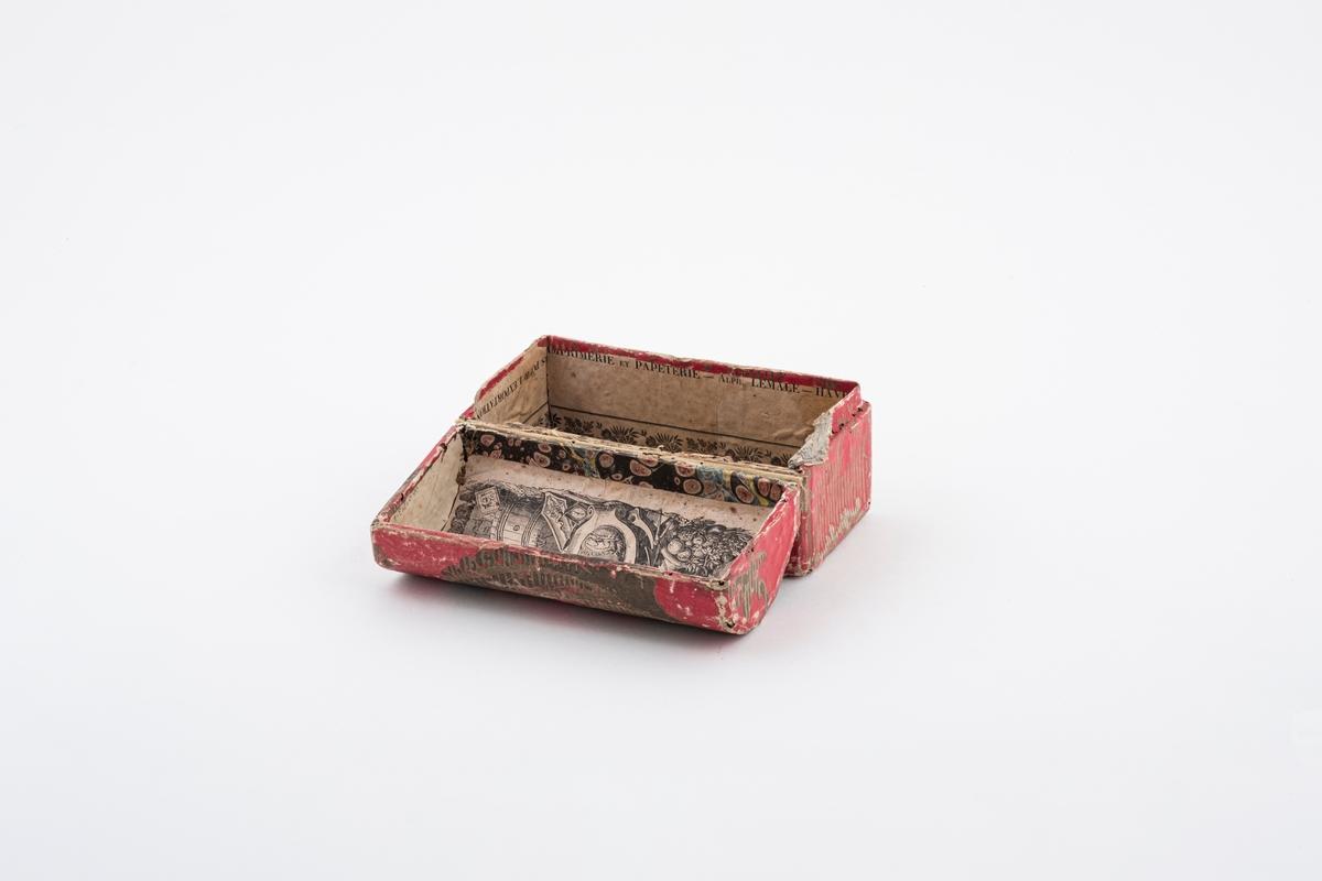 Et skrin av papp. Skrinet er kledd med tynt papir med mønster, både på innsiden og utsiden. Lokket på skrinet er buet.