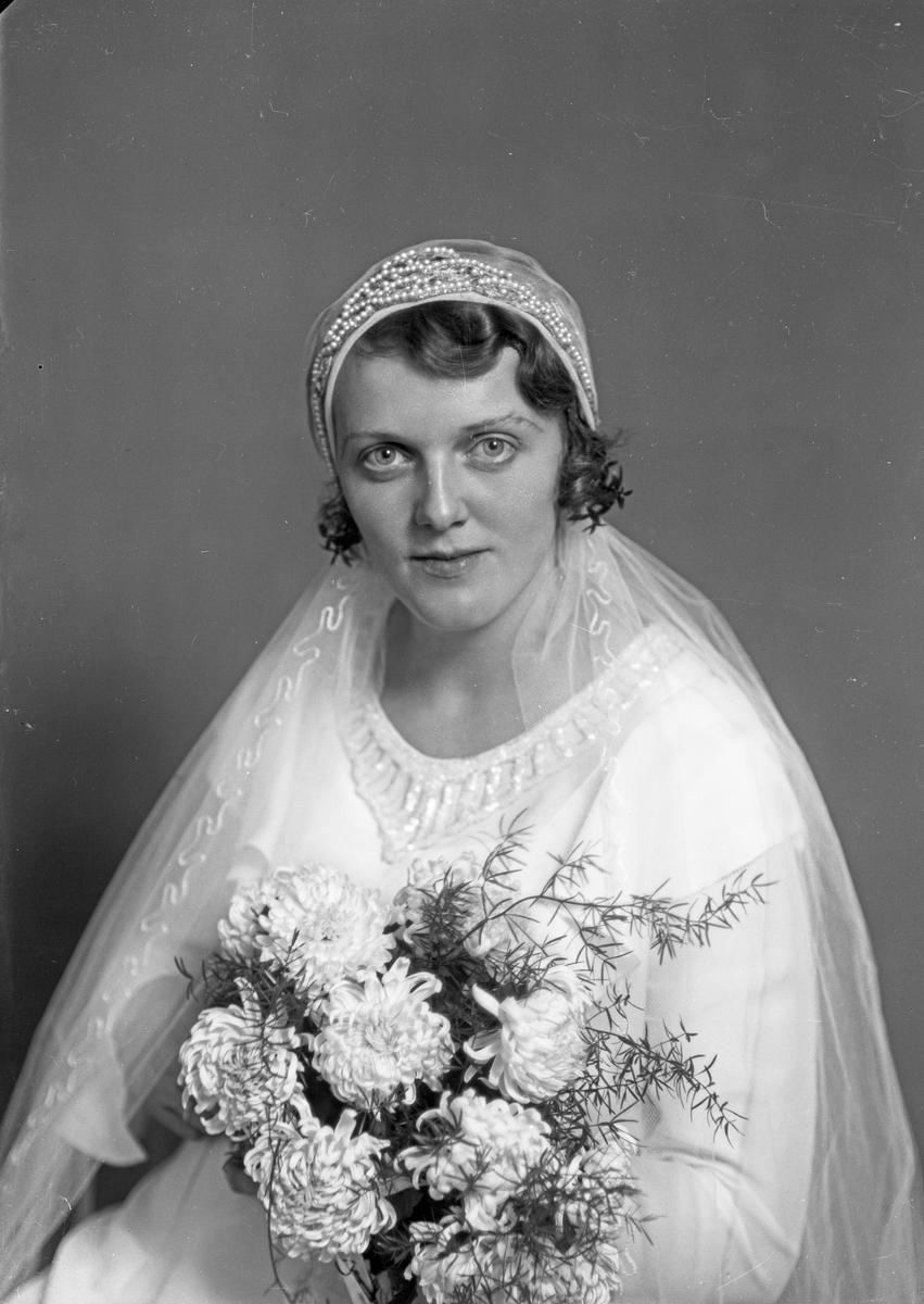 Portrett. Brudebilde. Ung kvinne i brudekjole med slør. Brud. Bestilt av Slagter Vik.