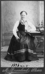 Atelierfoto av ukjent kvinne, tatt 1898