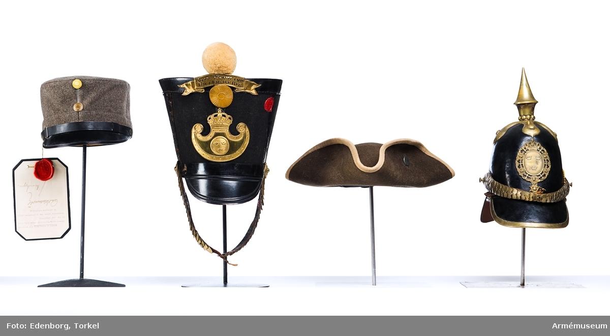 Grupp C I. Ur uniform för manskap vid Värmlands fältjägarkår (Värmlands fältjägarregemente), 1838-1845. Livplagg m/1838. Består av jacka, byxa, tschakå, pompon, kokard, namnplåt, vapenplåt, skor, damasker, skärp, patronkök, halsduk, bandolärrem, axelgehäng, sabelbajonettbalja. Tschakå enligt go 16/9 1831, infanteri allmänt.