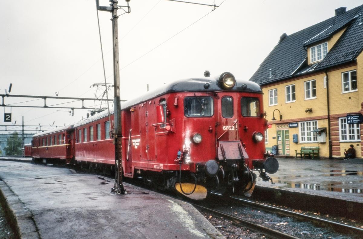 Elektrisk motorvognsett med motorvogn Bmeo 68 22 fremst på Notodden stasjon