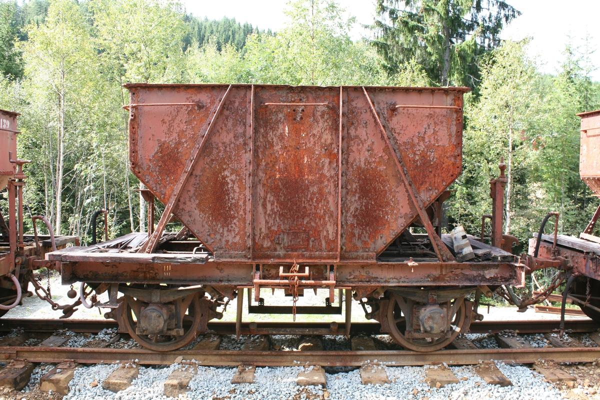 Kisvogn med rullelager og sveiset klinket kiskasse. Ombygd låsemekanisme. Eneste bevarte kisvogn med eikehjul. Eneste gjenværende av 3 prøvevogner ant. levert med rullelager.
